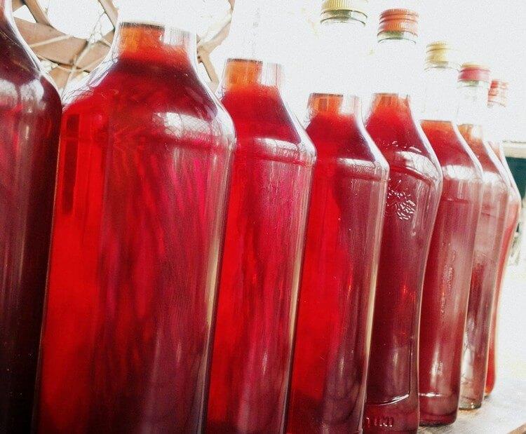 Приготоване в домашніх умовах вино з родзинок, кураги і бузини