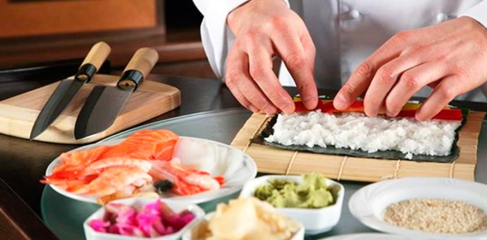 Японский повар готовит роллы