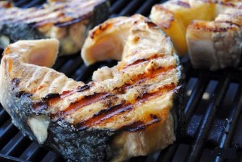 рибні стейки на грілі