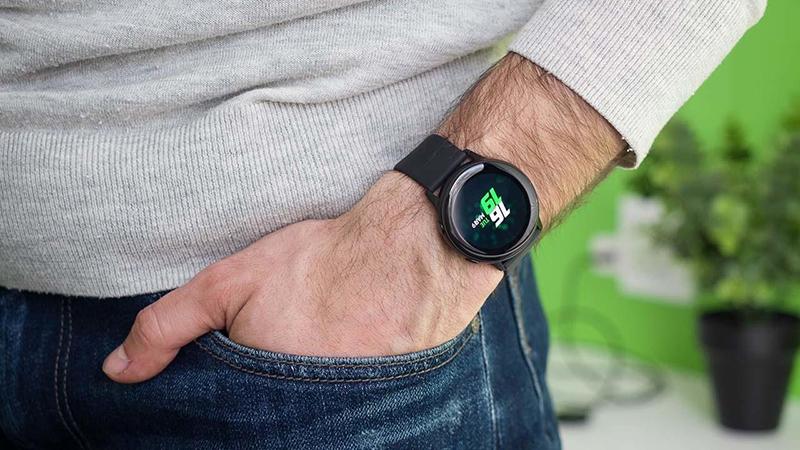Стильные смарт часы Samsung Galaxy watch 4 на руке мужчины