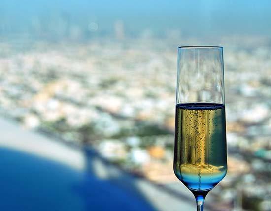 Шампанське на тлі Дубаї