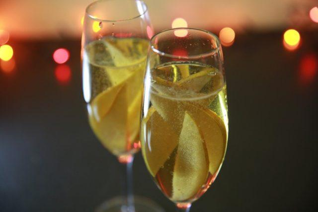 шампанське з фруктами в келих