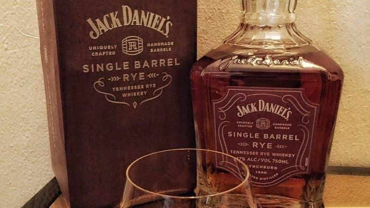 Склад Джека Деніелса залежить від кожного конкретного виду напою.
