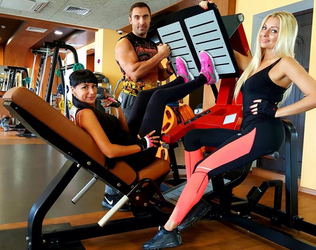 Жим ногами в тренажере для девушек (фото со спортзала Одессы - «Железяка и Бантики»)