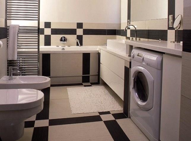 Вбудована пральна машина у ванній кімнаті