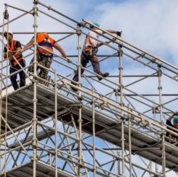 Работники на строительных лесах