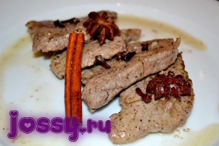Свинина в соусі з червоного вина