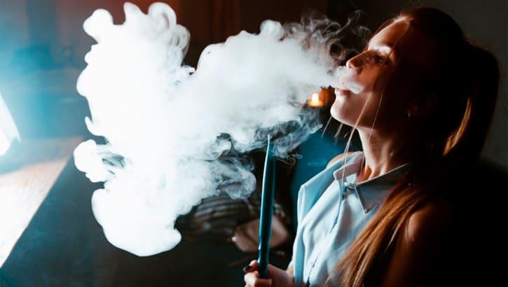 Курение кальяна и густой дым