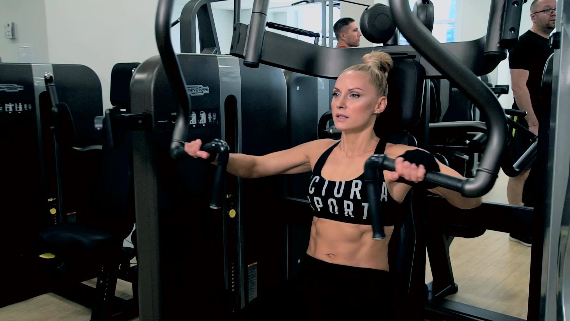 Тренування дівчини у фітнес-залі в міста Київ (https://ua.grand-prix.ua/)