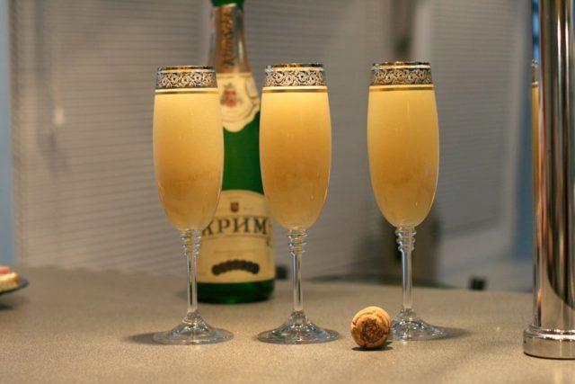 три келиха з шампанського