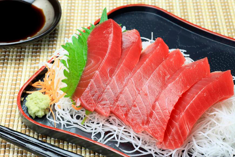 Мясо тунца на тарелке