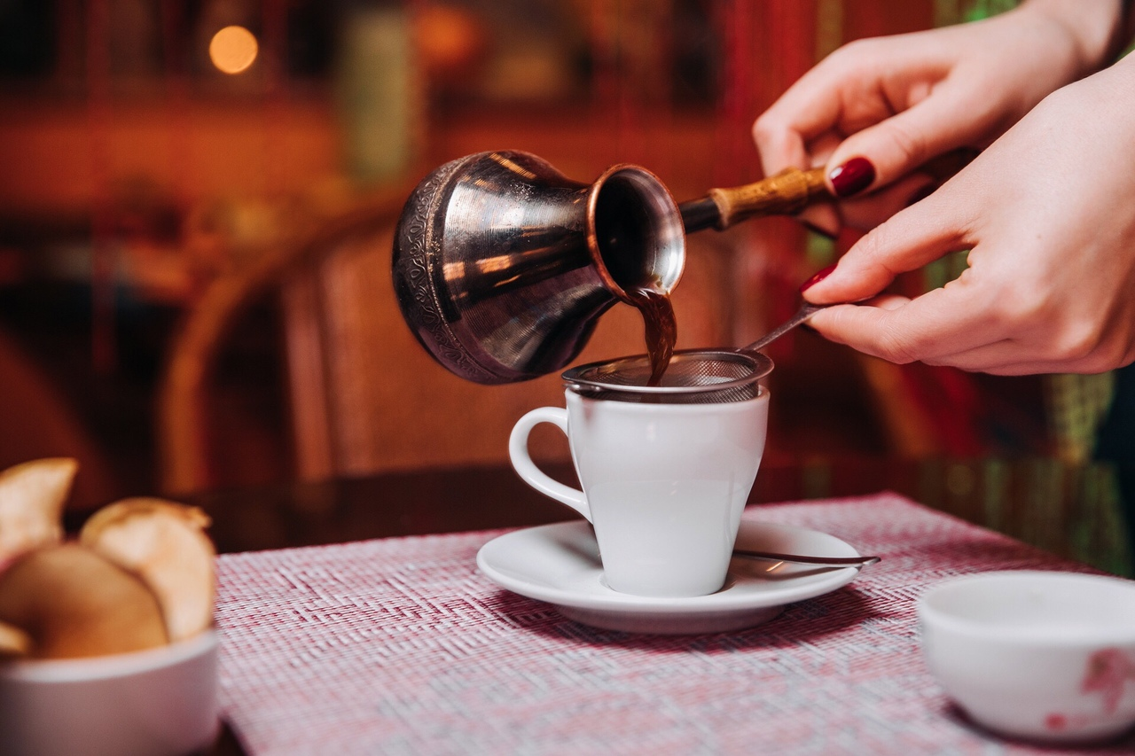 Смачна кава зварена за допомогою маленької турки