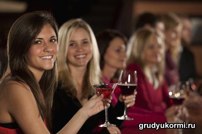 Усміхнені дівчата проводять вечір з алкоголем