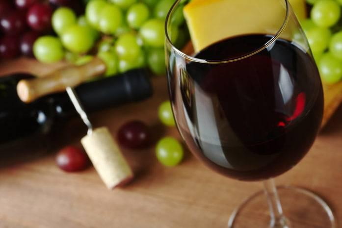 Вино червоне в бокалі