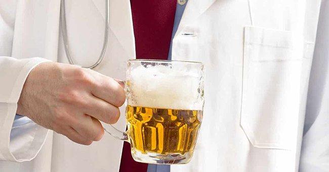 Лікар з келихом пива для лікування кашлю