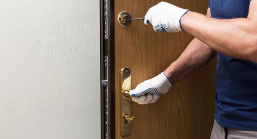 Процесс врезки замка в металлическую дверь