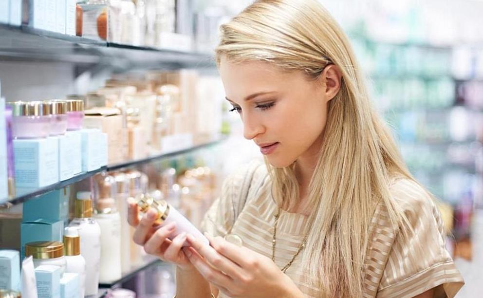Молода дівчина підбирає косметику для зволоження шкіри