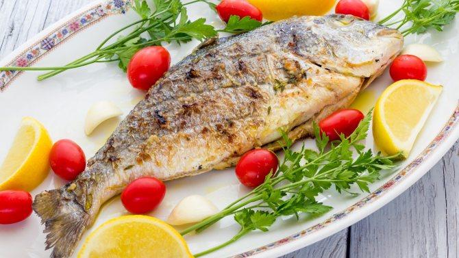 запечена риба в тарілці