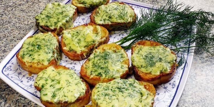 Смажені грінкі з білого хліба з плавленим сиром, кропом и часником