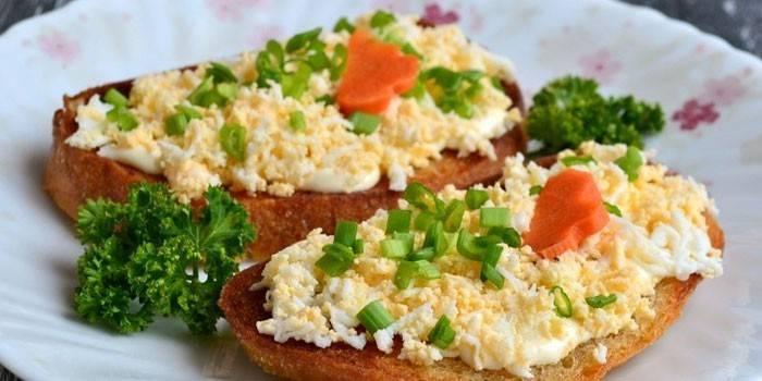 Смажені грінкі з варенням яйцямі и часником