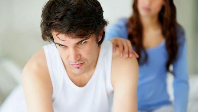 Жінка заспокоює чоловіка